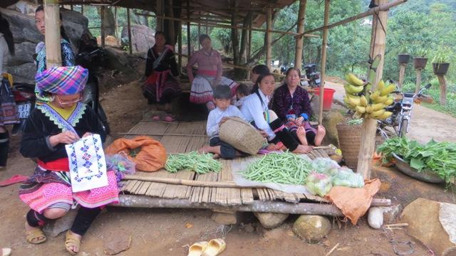 Người dân mang đến chợ phiên những sản vật của gia đình