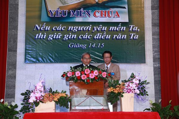 Mục sư Lê Văn Như Kỷ cầu nguyện khai lễ