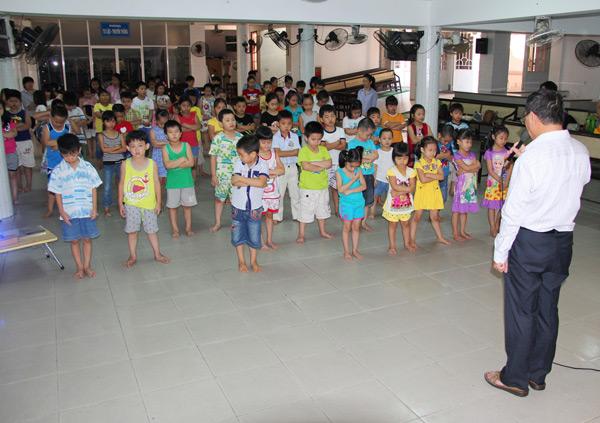 Quản nhiệm HT - Mục sư Nguyễn Xuân Sanh cầu nguyện dâng khoá học lên Chúa.