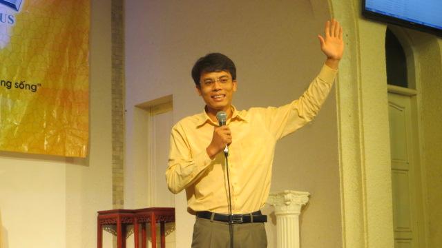 MSNC Hoàng Văn Huy khích lệ và cầu nguyện cho các em tham gia trại hè