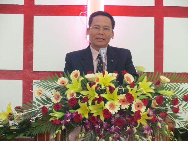 Mục sư Huỳnh Cường – Trưởng BĐD Tin Lành tỉnh - chào mừng và cầu nguyện khai lễ