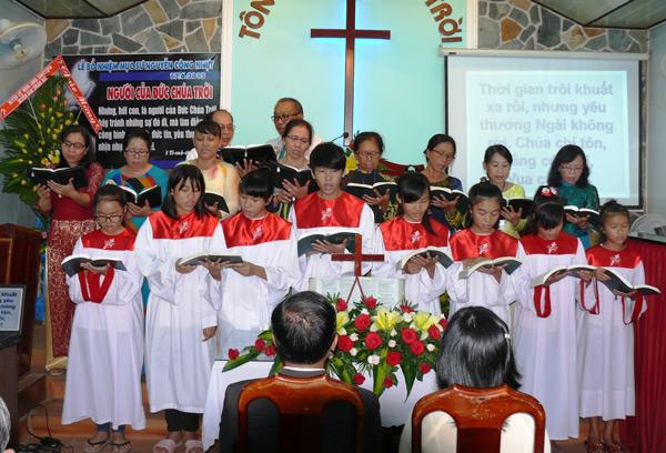 Ban hát Hội Thánh Phú Long tôn vinh Chúa