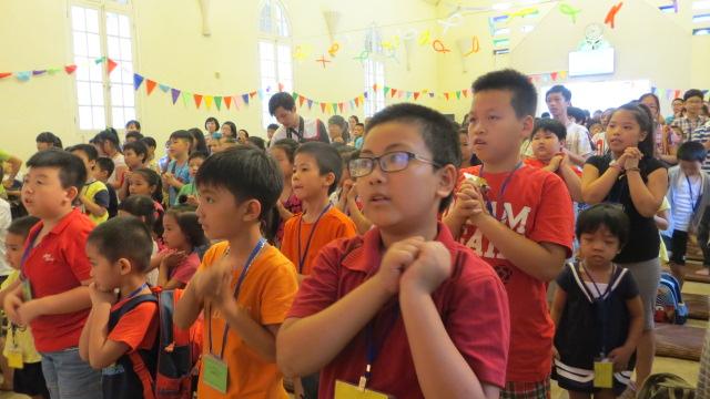 Các em hào hứng học lời Thánh ca