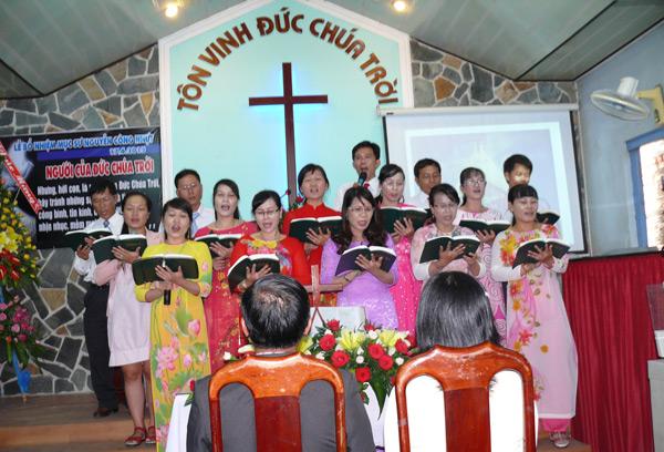 Ban hát Hội Thánh Phú Quý tôn vinh Chúa