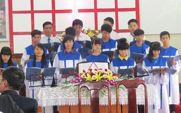 Ban hát Thanh niên Ea Drăng tôn vinh Chúa