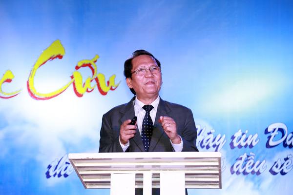 Mục sư Hội trưởng Phan Vĩnh Cự giảng dạy Lời Chúa