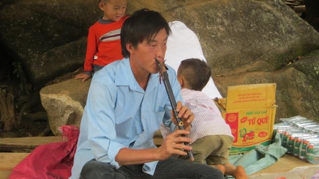 Tiếng sao tha thiết của chàng trai người Mông trong buổi chợ phiên