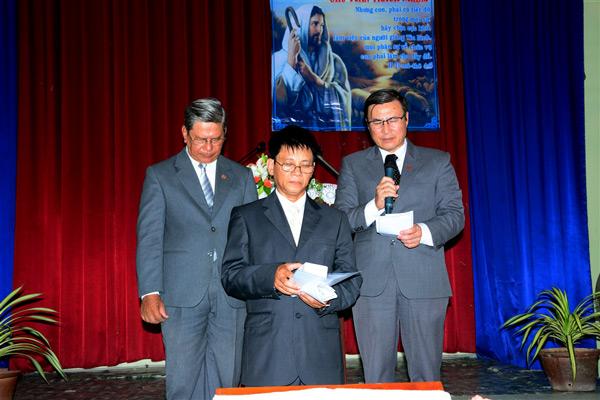 MS Lê Hoàng Phúc thực hiện nghi thức bổ nhiệm và cầu nguyện cho Tân Quản nhiệm