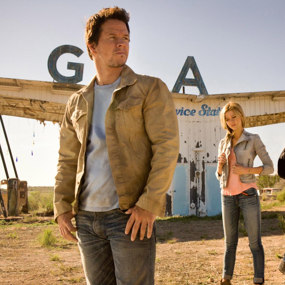 Người cha luôn bao bọc hết mình cho con gái trong bom tấn Transformers.