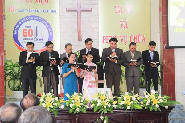 """Các đầy tớ Chúa xuất thân từ HTTL Thăng Bình tôn vinh Chúa Thánh ca """"Vâng theo Chúa"""""""