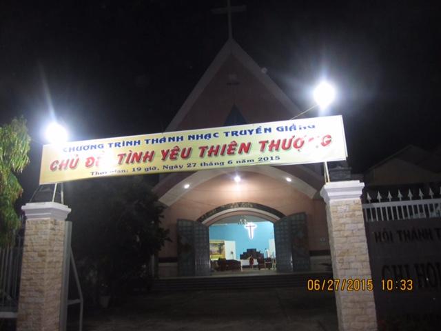 Bên ngoài nhà thờ đêm truyền giảng.