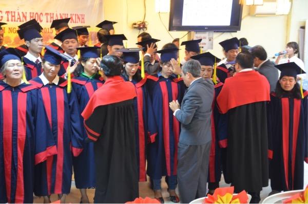 Các mục sư lãnh đạo cầu nguyện xức dầu cho sinh viên.