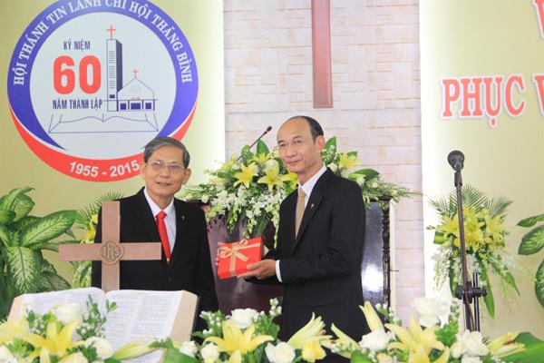 MS Nguyễn Thành Danh trao quà lưu niệm cho MS Nguyễn Hữu Bình