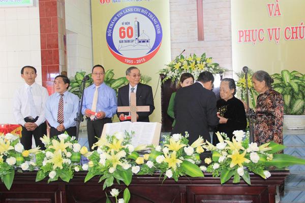 MS Phan Ân trao quà lưu niệm cho các tiền nhiệm và gia đình tiền nhiệm HTTL Thăng Bình