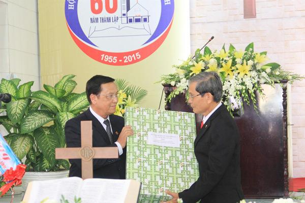 MS Phan Ân thay mặt Giáo hội tặng quà cho HTTL Thăng Bình