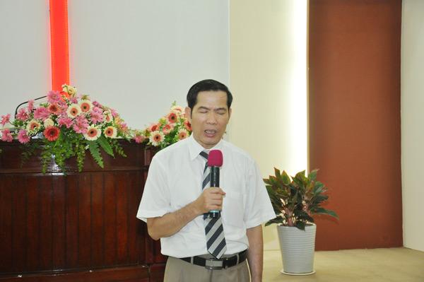 Mục sư Phạm Sính cầu nguyện khai lễ