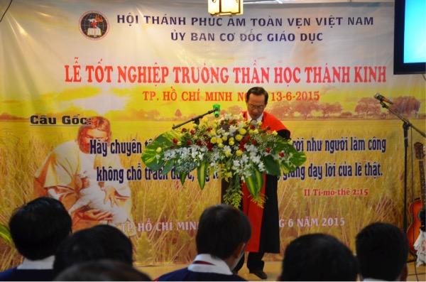 Mục sư Lê Văn Trọng hướng dẫn chương trình.