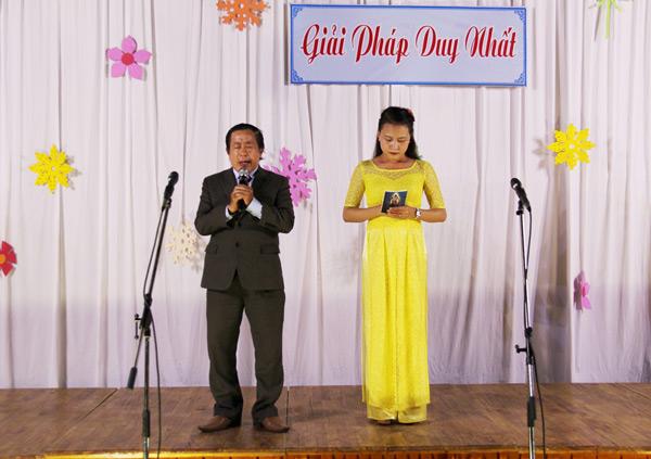 Thầy Lê Văn Hải Quang cầu nguyện dâng chương trình truyền giảng lên Chúa