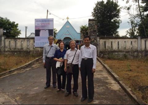 Mục sư Phạm Mính (người đứng ngoài cùng bên phải dáng người thôn quê chân chất)