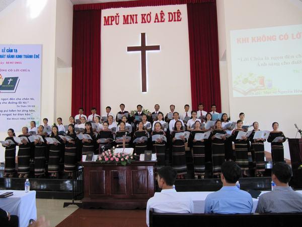 Ban hát Hội Thánh Buôn Alê A tôn vinh Chúa
