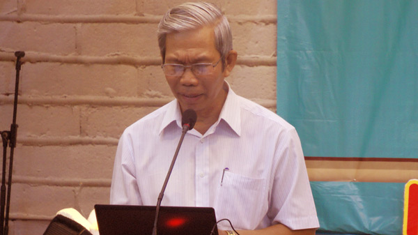 Mục sư Phạm Trọng Huy cầu nguyện khai lễ.