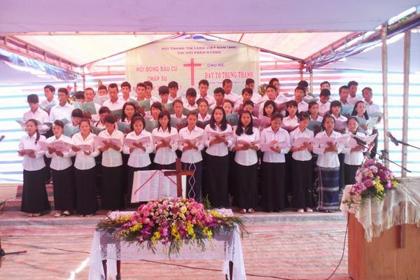 Ban hát Thanh niên khu vực xã Phú Hội tôn vinh Chúa