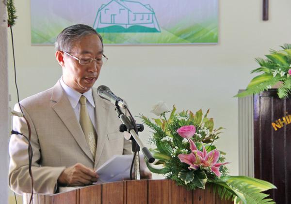 Mục sư Dương Quang Hòa cầu nguyện và trao quyết định công bố thành lập Hội Thánh.
