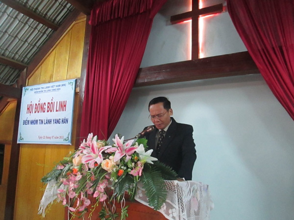 Mục sư Huỳnh Cường cầu nguyện khai lễ