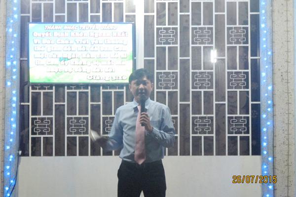 Mục sư Huỳnh Phi Toàn trình bày sứ điệp Phúc Âm