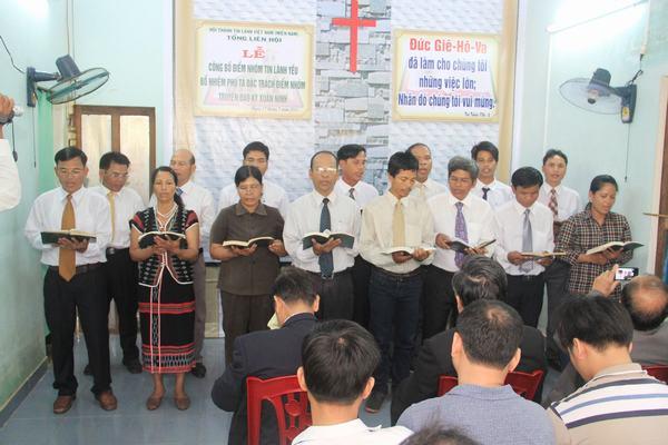 Ban Chấp sự Hội Thánh Tin Lành Achôm 2 tôn vinh Chúa