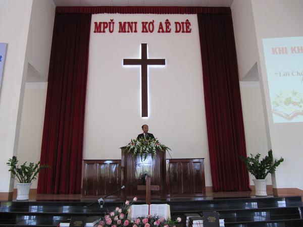 Mục sư Nguyễn Hữu Bình, Phó Hội Trưởng II HTTLVN (MN) giảng Lời Chúa
