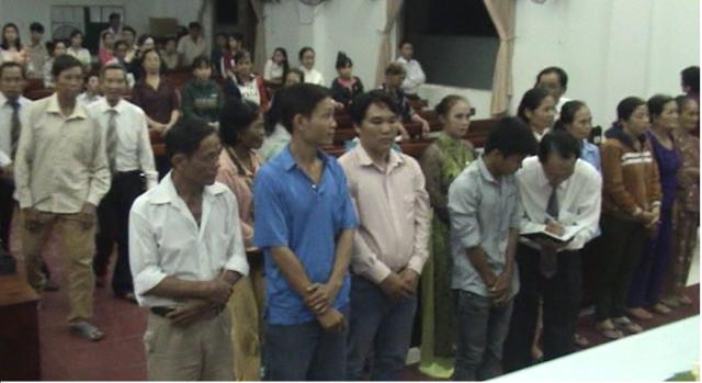 12 thân hữu bước lên cầu nguyện tin nhận Chúa.