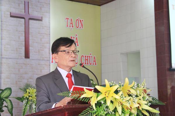 Ông Phan Tấn Vưu - Thư ký HTTL Thăng Bình - hướng dẫn chương trình