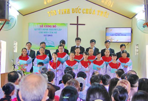 Ban hát Hôi Thánh Cẩm Nê tôn vinh Chúa