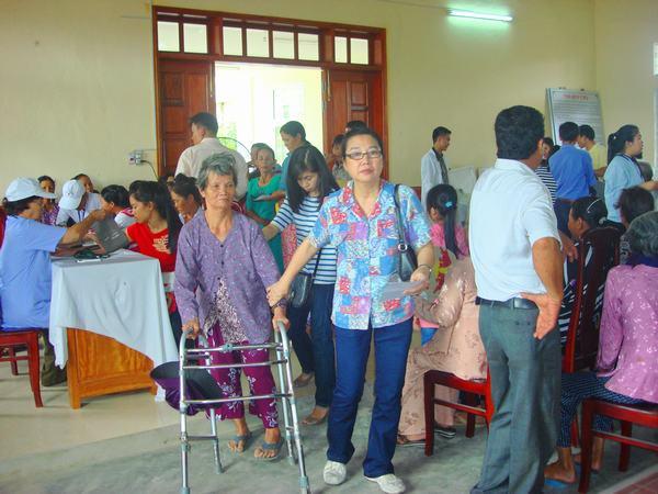 Tình nguyện viên giúp đỡ người bệnh.