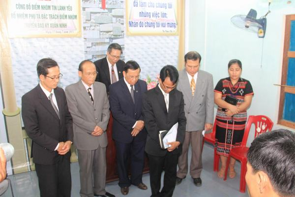MS Võ Đình Đán cùng các Tôi tớ Chúa cầu nguyện cho chức vụ mới của TĐ Kỳ Xuân Ninh