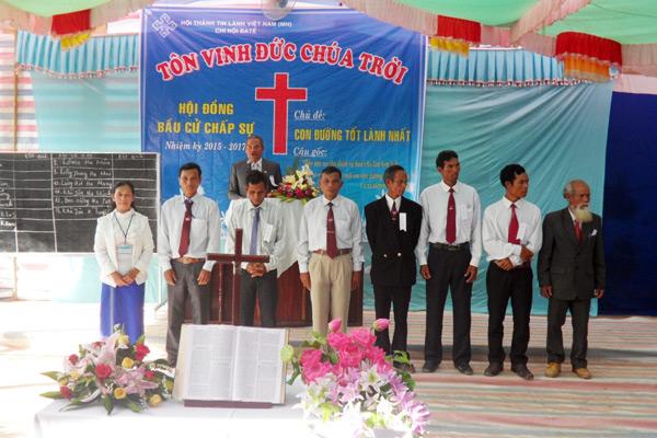 MS Ha Hăck cầu nguyện cho Tân Ban Chấp sự