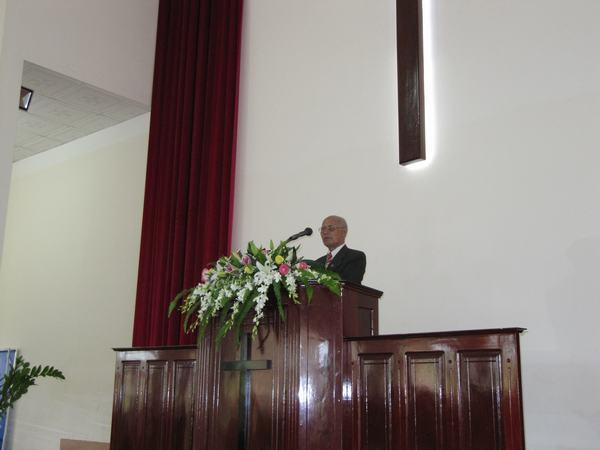 Mục sư Y-Ky Êban cầu nguyện tất lễ