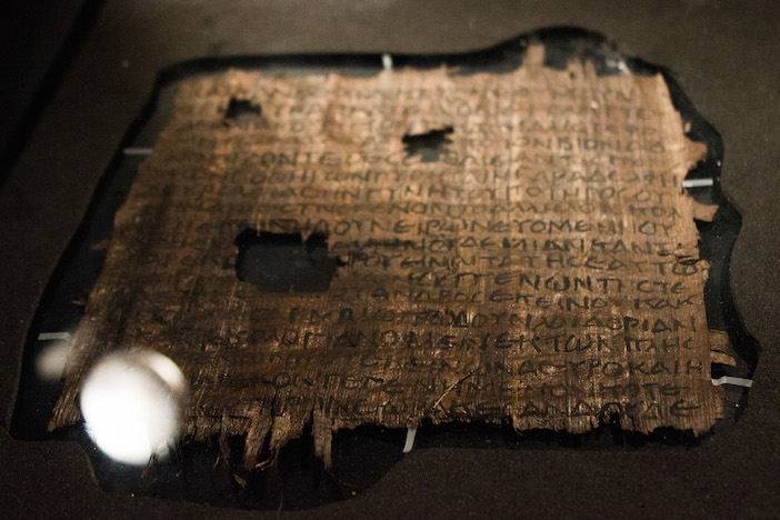 Một mảnh trong số những cuộn Kinh Thánh tìm thấy tại Biển Chết.
