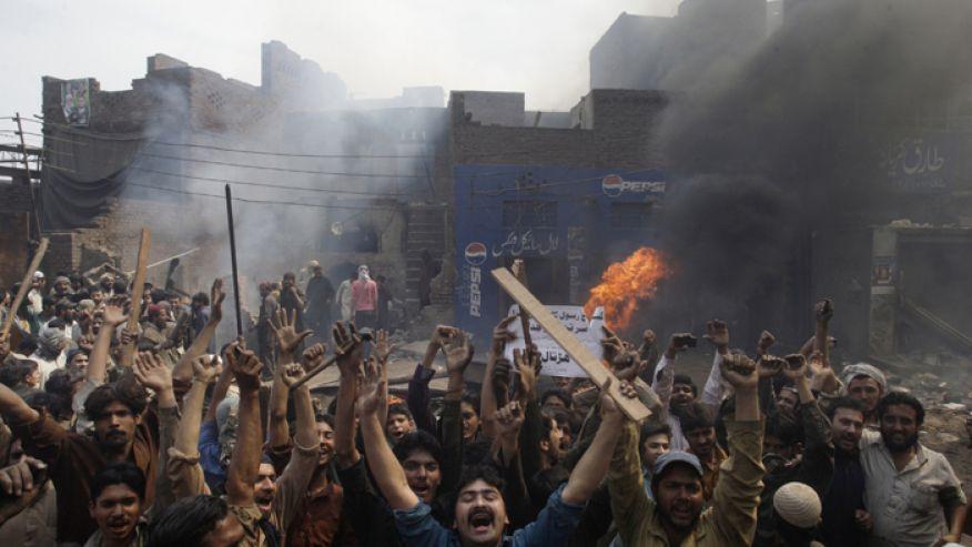 Đám đông reo hò sau khi đốt cháy một ngôi nhà của Cơ đốc nhân tại Lahore, Pakistan.