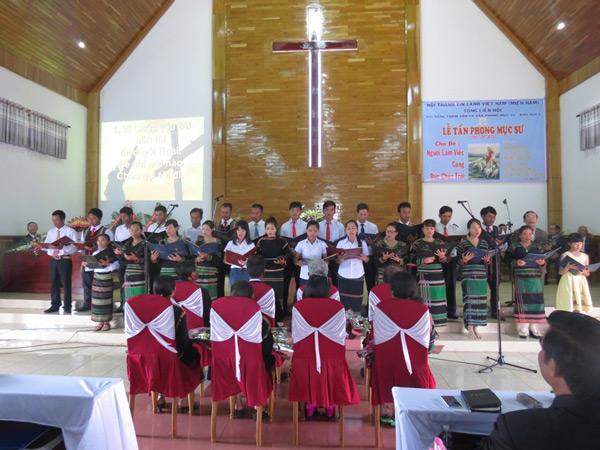 Ban hát gia đình các Tân Mục sư tôn vinh Chúa.