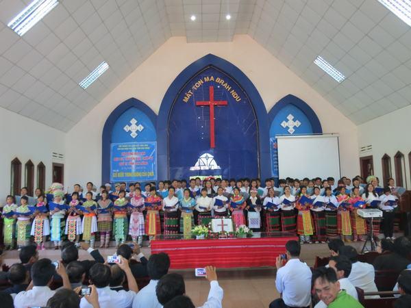 Ban hát huyện Đăk Glong tôn vinh Chúa.