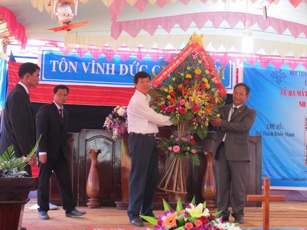 Ông Nguyễn Phước Hiền - Trưởng Ban Tôn giáo tỉnh Đăk nông chúc mừng.