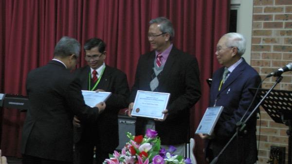 Tặng kỷ niệm chương cho quý Lãnh đạo Giáo hội có công khó gây dựng Hội Thánh.
