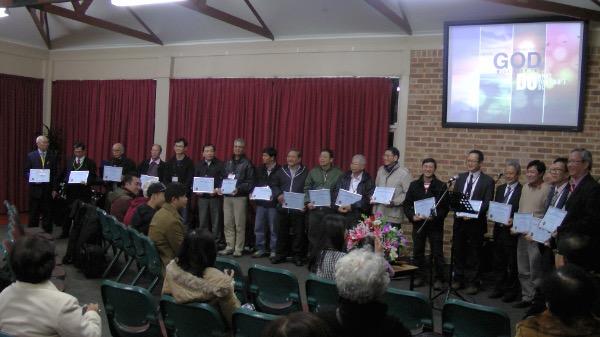 Tặng kỷ niệm chương cho quý Mục sư có công khó gây dựng Hội Thánh.