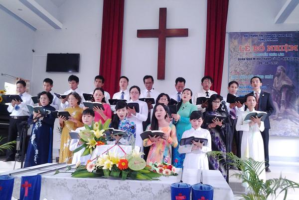Ban hát lễ Hội Thánh Cù Là tôn vinh Chúa.