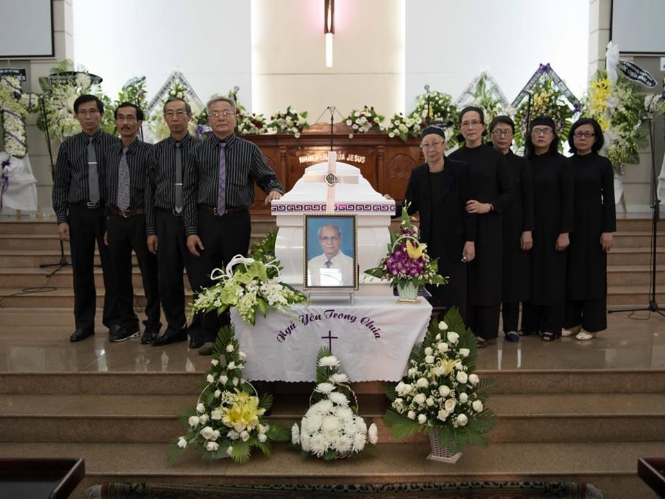 Bà Mục sư cùng các con bên MSTS Dương Thạnh trước chương trình tang lễ.