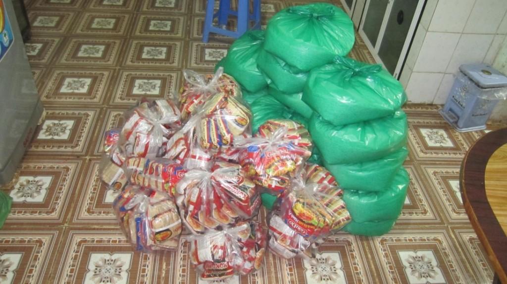 Con cái Chúa Chi hội Đinh Văn-Păng Bung quyên góp gạo và mì tôm