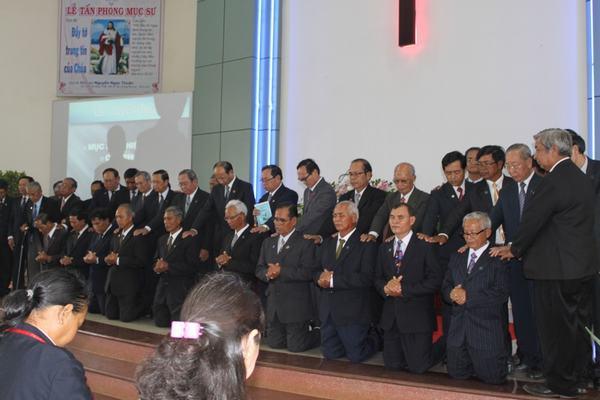 Mục sư Nguyễn Ngọc Thuận và các Mục sư đoàn đặt tay cầu nguyện