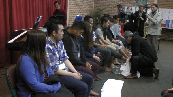 """Hình ảnh lãnh đạo """"rửa chân"""" biểu tượng cho tinh thần phục vụ, noi gương Chúa Jesus."""